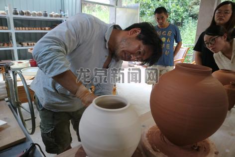 韩国陶瓷家在源口体验柴烧技艺