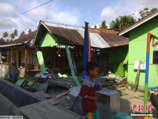 印尼7.5级强震:海啸冲走房屋