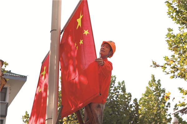 五星红旗扮靓龙游迎国庆