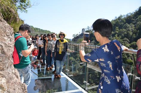 游客在新对外开放的白云岩风景区玻璃栈道上体验留影