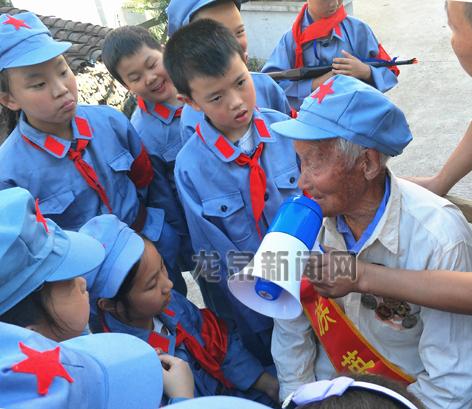 实验小学少先队员看望94岁抗战老兵