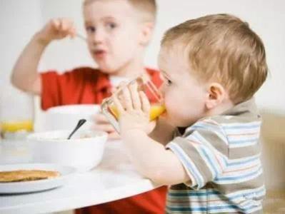 1岁以下宝宝别喝果汁 容易龋齿、腹泻、营养不良