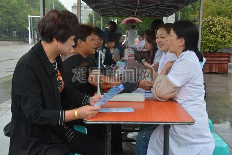 市卫生计生局、教育局、残联等部门在市人民广场开展义诊活动