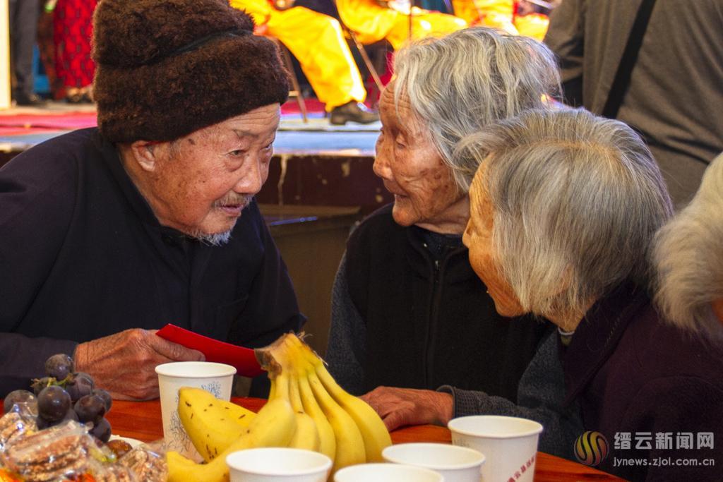 吃大馄饨 看节目 共庆重阳节
