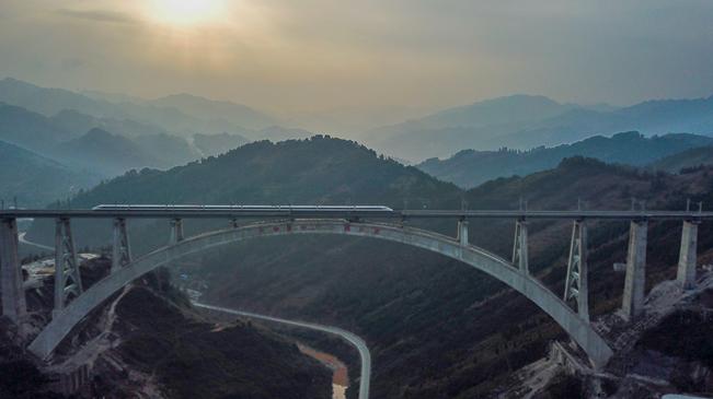 从万桥飞架看中国奋斗――在贵州高高的山岗上