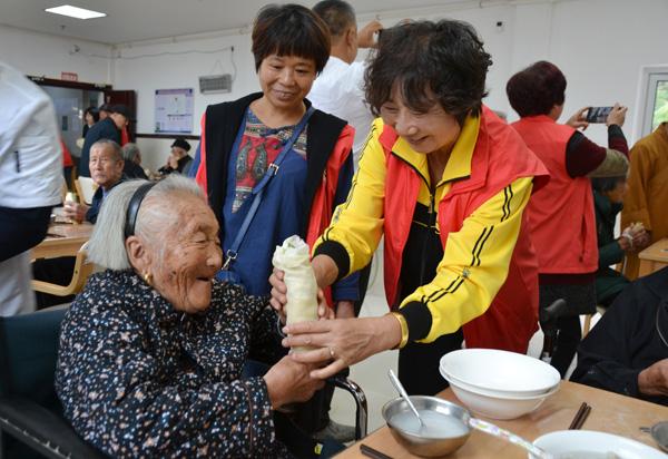 龙溪慈善人士为老人送温馨