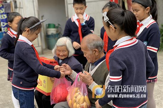 斯村小学:九九重阳节 浓浓敬老情