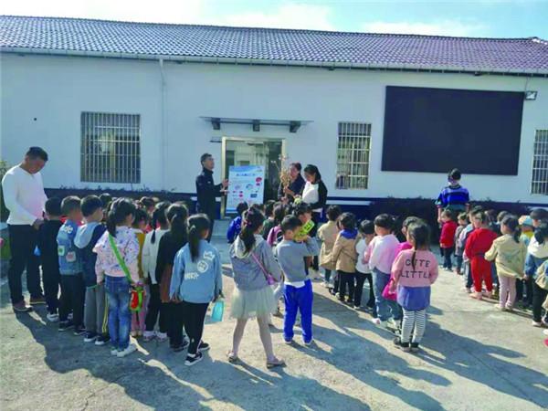 """幼儿园师生参观派出所,为""""平安校园""""奠定扎实基础"""