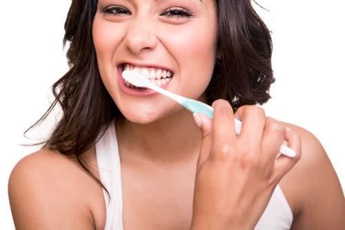 刷牙出血是身体在报警 这三类人更要护好牙