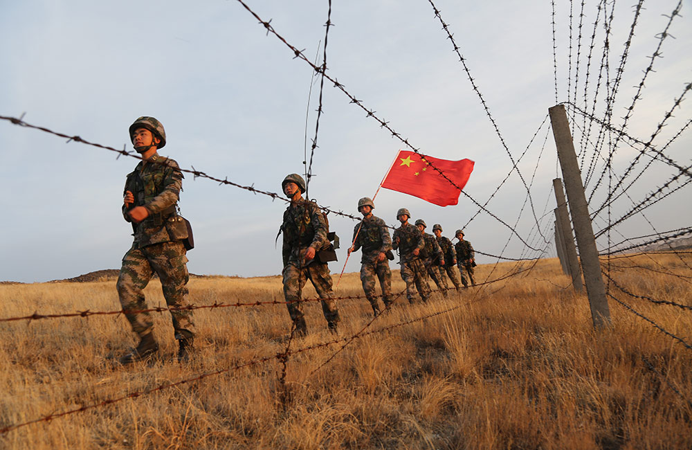 """巴克图口岸:军警兵民筑起""""红色国门"""""""