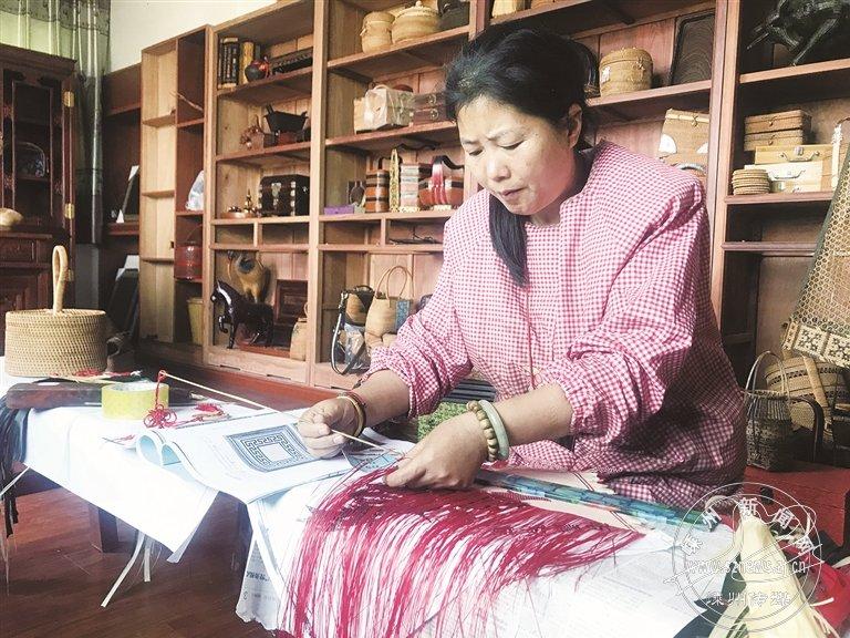 吕建亚:编织戏服 让越剧和竹编完美融合
