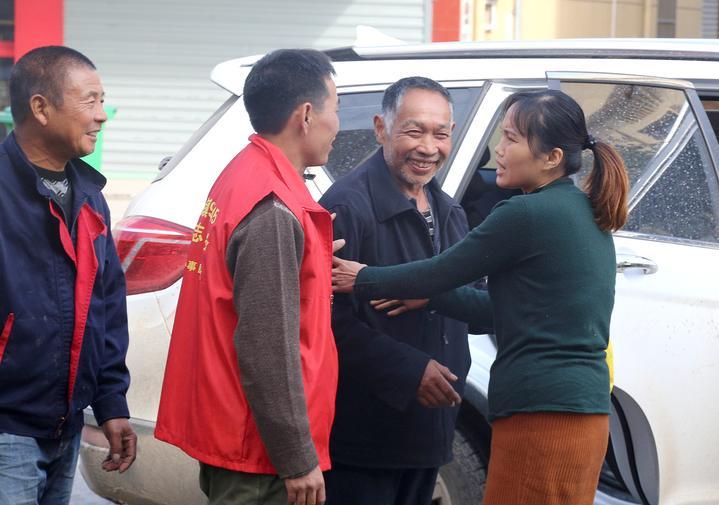 """龙游热心人帮助他与失联八年的家人团圆! 流浪汉成""""网红""""后一家团聚"""