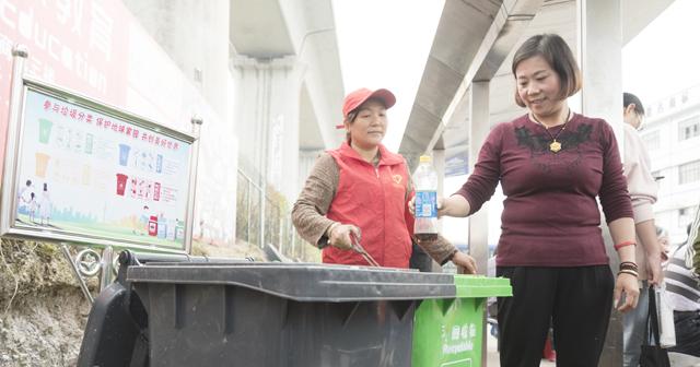 公交车站推行垃圾分类回收