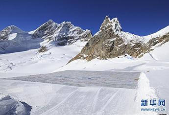 """冰川上出现""""世界最大明信片"""
