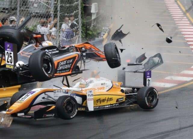 澳门大赛车发生严重意外 赛车冲出跑道