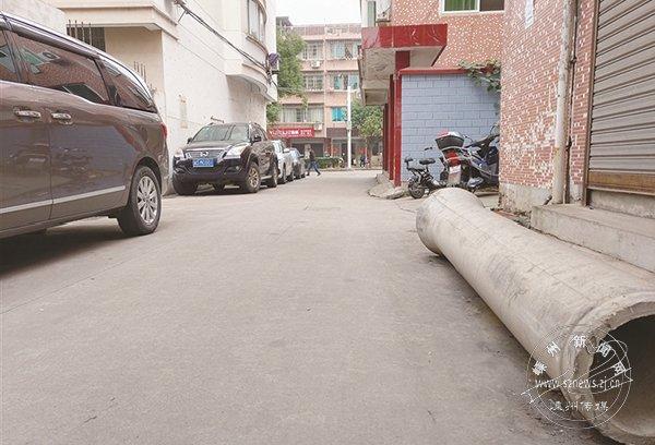 """被""""忘却""""的水泥管 遗留现场一年多存安全隐患"""