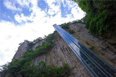 景区在悬崖绝壁上修建百米垂直电梯 是方便游客还是搞噱头