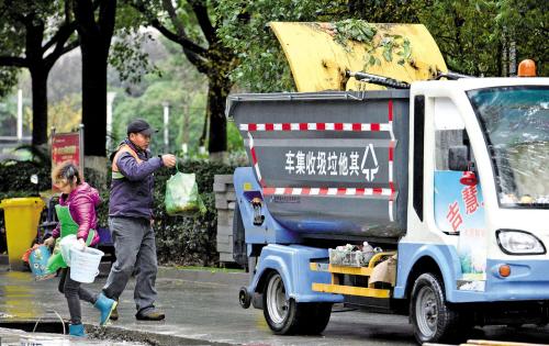 风雨无阻 回收垃圾