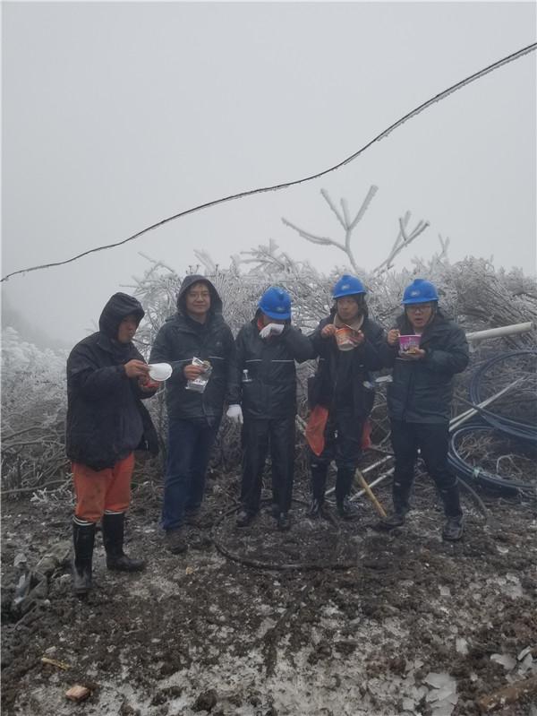 """零下十几度,海拔1300米,他们为""""雪山""""上的重点项目送电"""