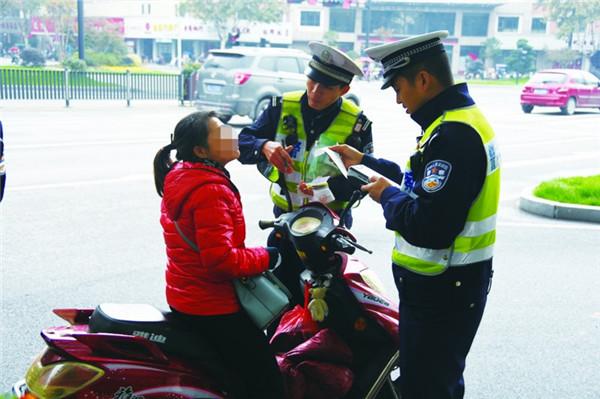 整治骑电动车不戴头盔、违法载人等行为