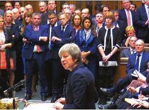 """英首相挺过党内""""逼宫"""" 前景仍不乐观"""