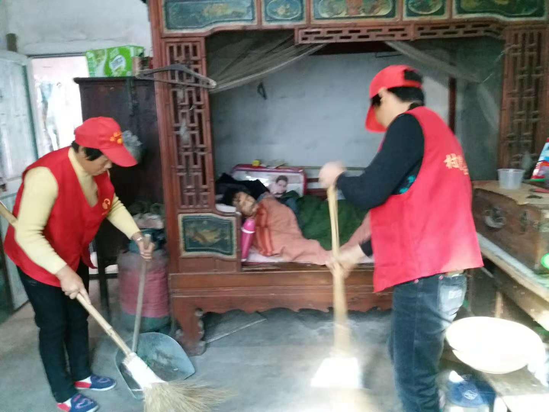 马溪村嫂志愿帮孤寡老弱打扫屋子卫生