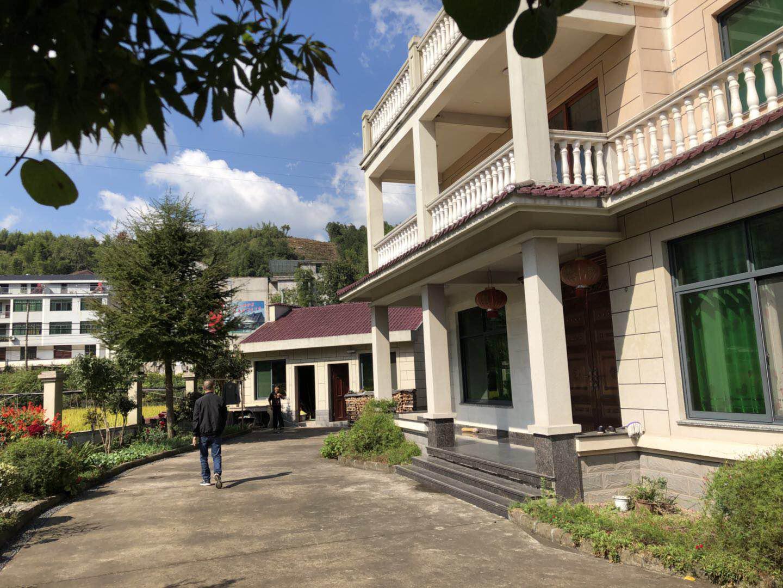 谷来镇妇联去九里斜村指导美丽庭院工作