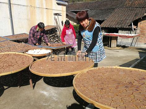 农民们整理晾晒新收的农作物