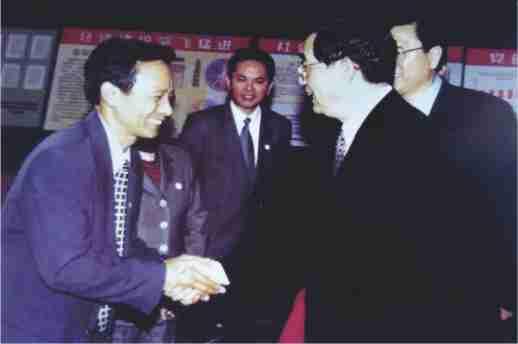 2001年5月2日,胡锦涛接见《民情日记》发源地雅璜乡党委书记