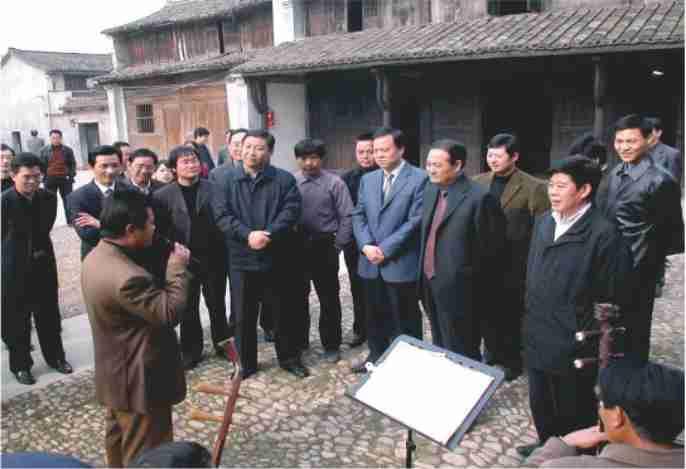2004年12月14日习近平在越剧诞生地甘霖镇东王村