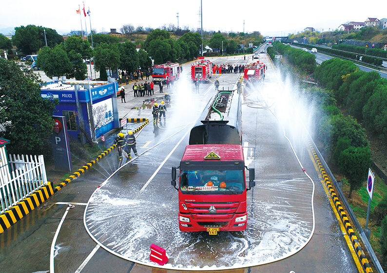 消防救援演练 保公路畅通