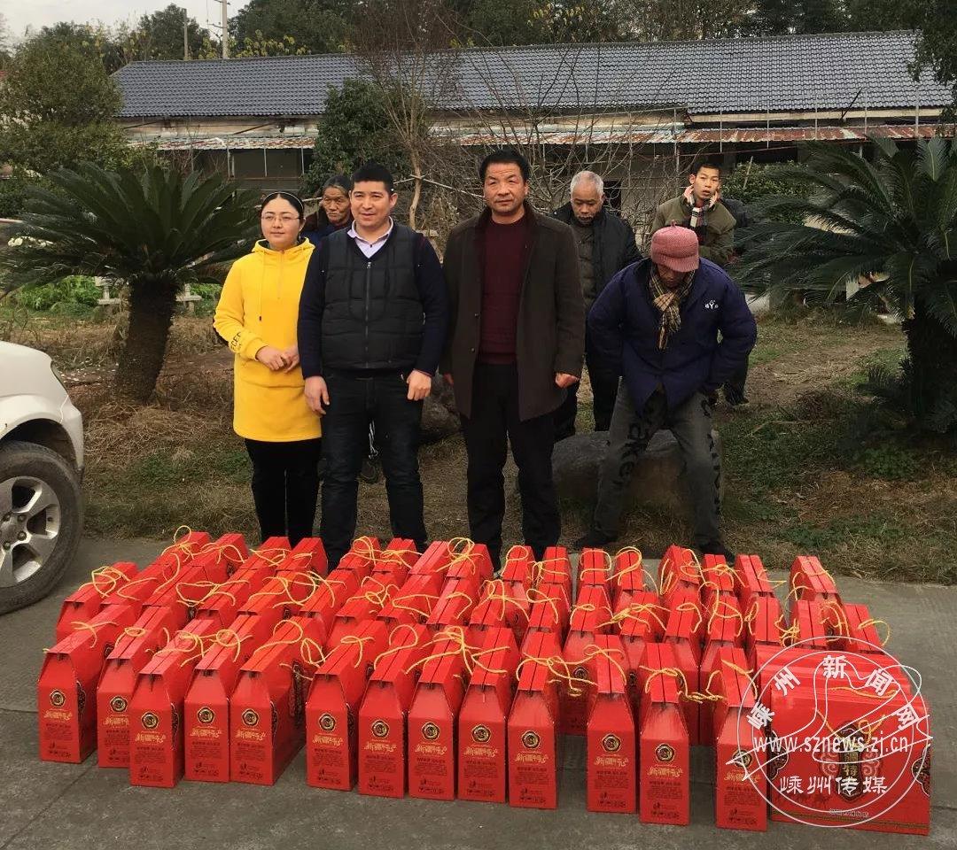 维吾尔族夫妇送上爱心礼物