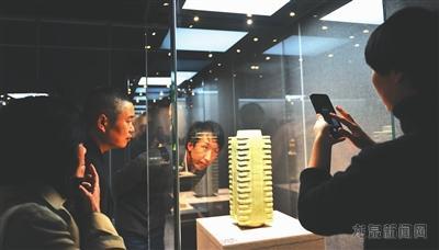 """""""故宫龙泉青瓷回家展""""吸引众多游客参观"""