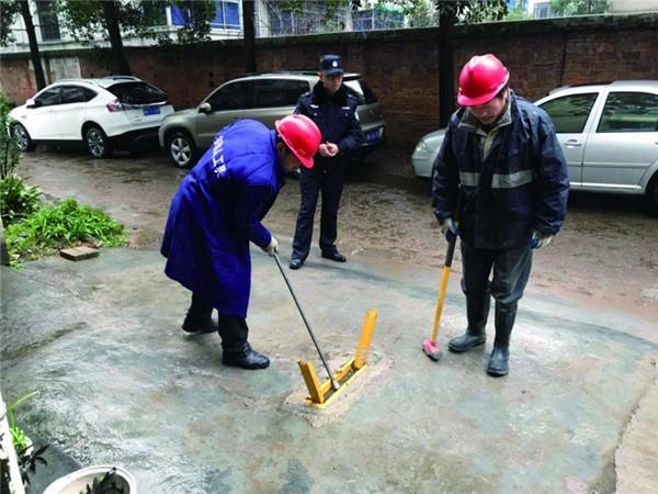县综合行政执法局对私装地锁进行拆除