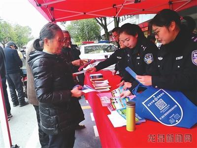 """市公安局组织开展""""警民牵手110,共创平安迎大庆""""大型宣传活动"""