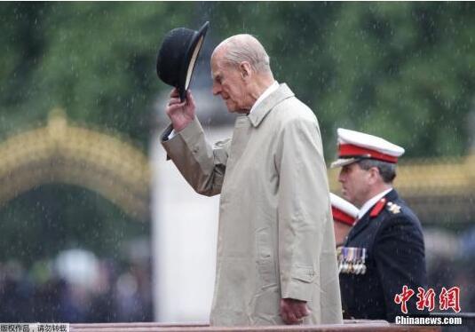 97岁的英女王丈夫开车被撞翻:受到惊吓