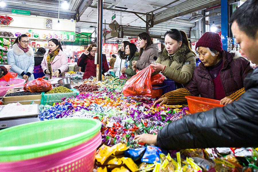 春节将至 年货市场闹猛