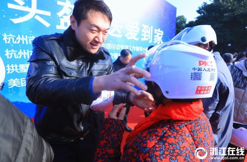 骑车戴头盔有多重要?杭州交警现场教你如何带头盔
