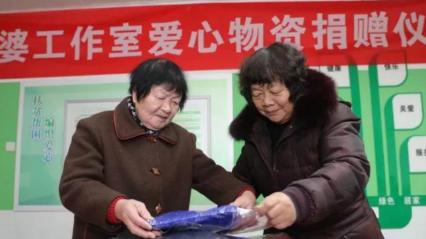 ��毛衣奶奶����支教奶奶��爱心接力 600条围巾焐暖人心