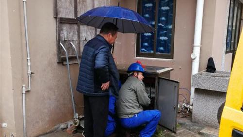 暖心一幕��老人为电力抢修人员打伞 引来不少点赞
