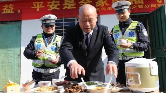 """做春运午餐与执勤交警分享 金华""""西装大叔""""一坚持就是13年"""