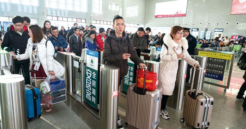 金华南站迎来客流小高峰