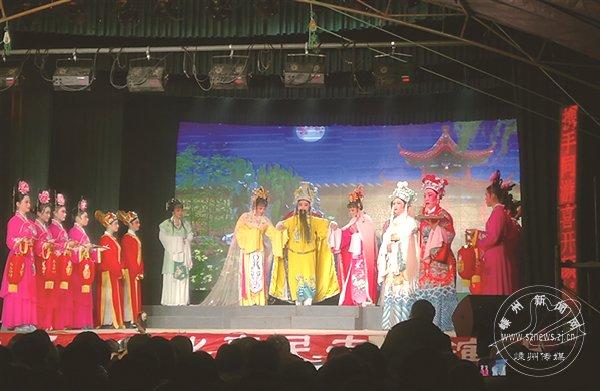 每年春节 这个村都连演大戏