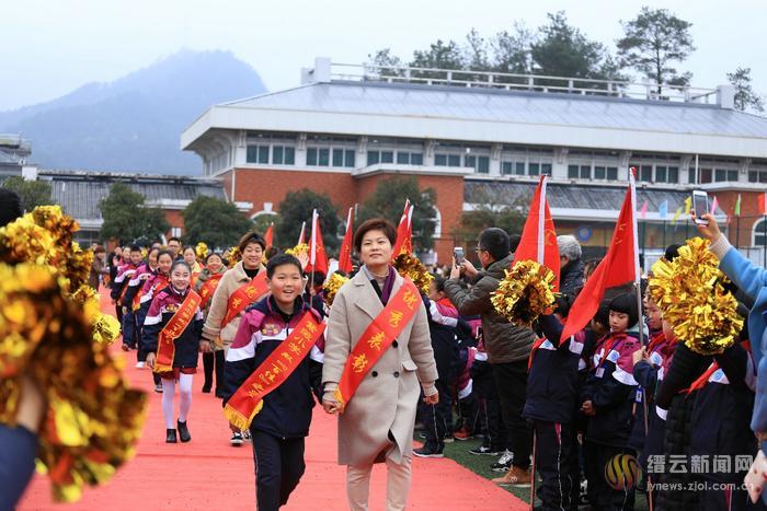 喜迎春光 221位学生幸福走红地毯