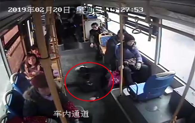 暖?#27169;?#22899;乘客公交车上突然晕厥 司机改道紧急送医
