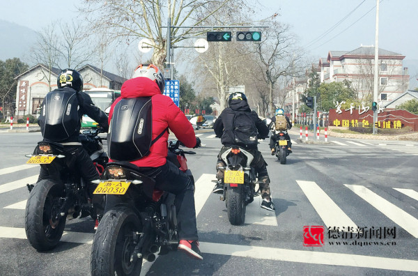 山区现豪华摩托队