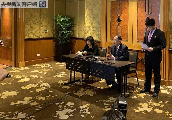越南河内:朝鲜代表团深夜举行记者会