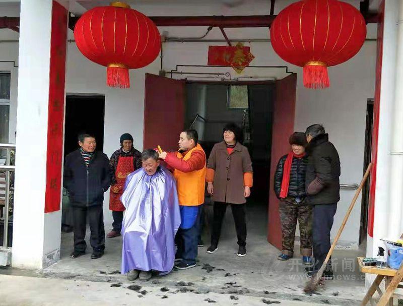 苏庄派出所和开化阳光公益苏庄队去敬老院开展关爱活动