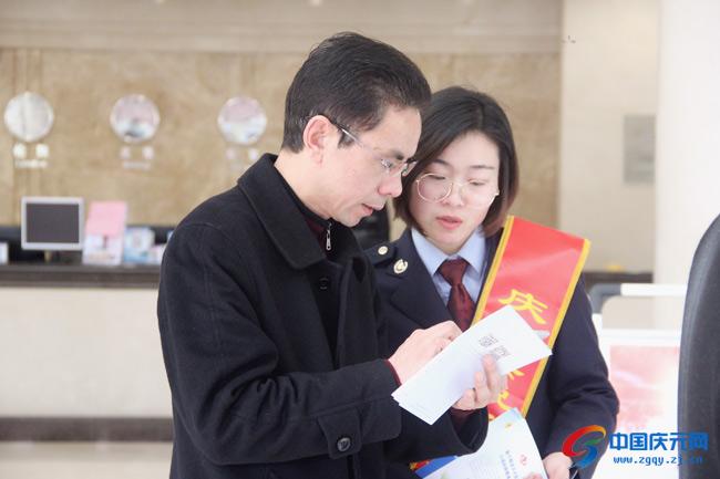 """县税务局减税降费宣传进""""两会"""""""