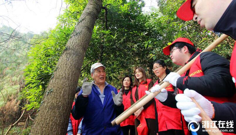 路桥:76岁老人14年义务植树600多棵
